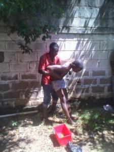 Un malfaiteur ressuscite sa victime ensorcelée, sous contrainte de la police ( VIDEO )