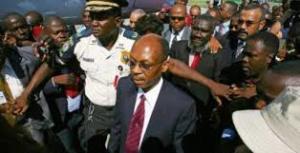 Ex prezidan Jean Bertrand Aristide dwe parèt maten an nan tribinal
