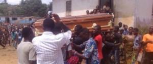 Monde: Un mort dans son cercueil désigne celui qui l'aurait tué (video)