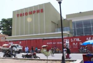 Haiti: Lances de pierres en direction du flambant neuf Ciné Triomphe