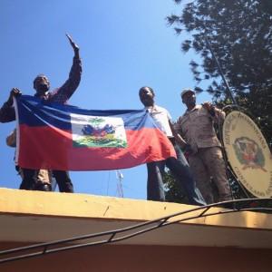 Drapeau de la Rep. Dominicaine brûlé devant le consulat dominicain à Port-au-Prince