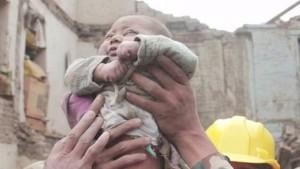 Monde: Un bébé retrouvé vivant sous les décombres des heures après le séisme