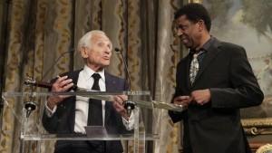Monde: Dany Laferrière reçoit son épée d'académicien à l'Hôtel de ville de Paris