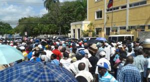 Monde: Les travailleurs des bateys manifestent devant l'Ambassade d'Haïti à Santo Domingo