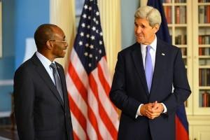 Monde: Le Premier Ministre Evans Paul rencontre le Secrétaire d'Etat américain John Kerry
