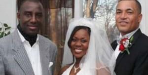 Monde: Une femme se marie avec deux hommes